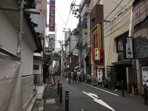 左折した時の景色。この通りの右側にお店があります。