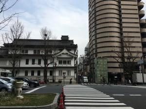 遠目に見た三津寺。この角を左折です。
