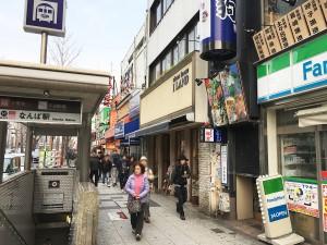 地下鉄の難波駅14番出口の様子。